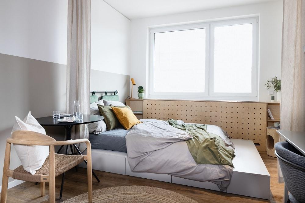 POHA House Münster, Coliving Hansator, Bett, Sitzgelegenheit, großes Fenster
